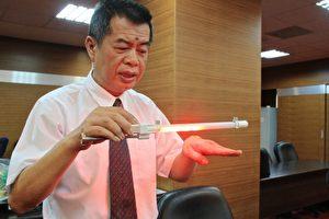 謝文苑展示 LED多功能安全燈,獲得銅牌奬。(許享富/大紀元)