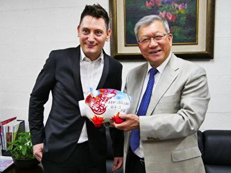 """新竹县长邱镜淳(右)对于能邀请到知名瑞士演奏家表示非常荣幸,致赠代表""""猪""""事大吉的创意神猪给莫里斯(左)。(新竹县政府提供)"""
