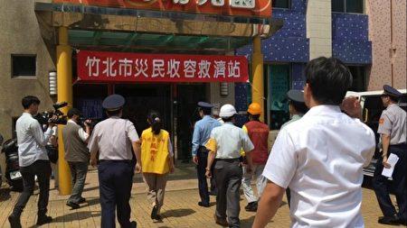 警察巡視竹北市災民收容救濟站。(新竹縣警察局提供)