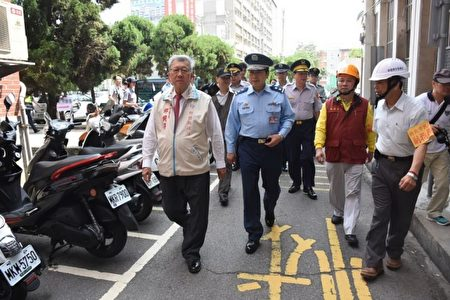 新竹縣長邱鏡淳(左1)巡視主要道路。(新竹縣警察局提供)