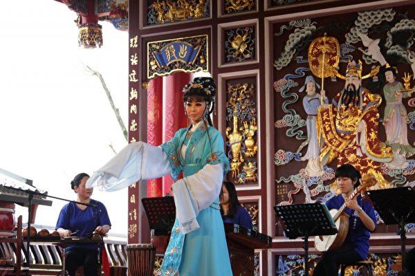 春秋表演艺术坊演出多首动听的台湾民间歌谣及经典歌仔曲调演唱。(传艺中心提供)