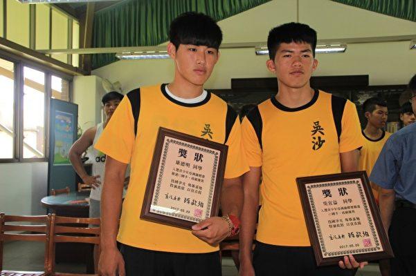 康德明(左)、吳宜益(右),跨組挑戰入選亞洲青年輕艇錦標賽國手。(謝月琴/大紀元)