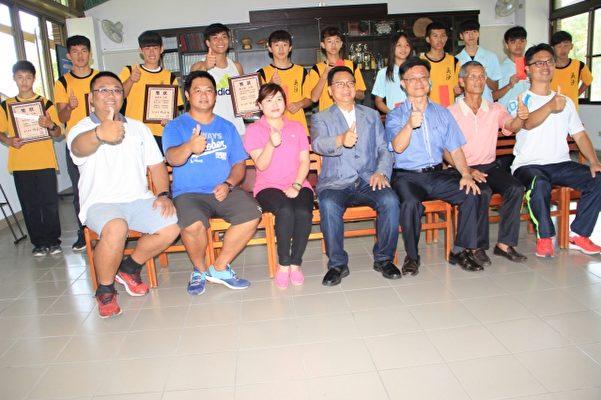 吳沙國中輕艇成績耀眼 優秀選手與校方 教練合影。(謝月琴/大紀元)