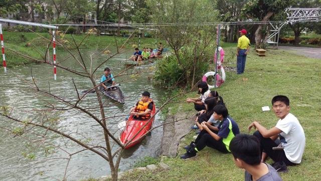 校園內的生態池,當作輕艇隊選手的訓練基地。(林柏夆提供)