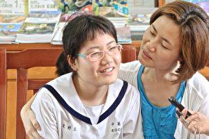 無法言語表逹,只有心裡的感受與永不放棄的母愛。(許享富/大紀元)