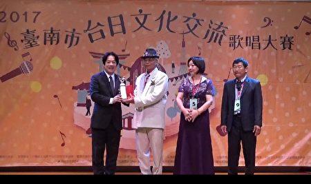 台南市長賴清德(左)頒獎給樂齡組前三名。(台南市議員李退之服務處提供)