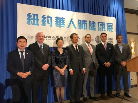 大纪元时报、新唐人电视台举办华人肺健康展。市议员顾雅明(左一)、州参议员艾维乐(左二)到场祝贺,与主讲的医生Daniel Zapata(右三)、Maciej Walczyszyn(右二)、David Wisa(右一)合影。