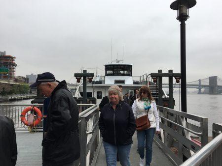 渡船飛快地經過總督島、自由女神像,大約15分鐘後,到了華爾街,乘客紛紛下船了。