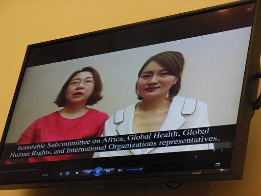 大陆维权律师李和平的妻子王峭岭(左)和王全璋的妻子李文足(右)通过视频表达心声。(李辰/大纪元)