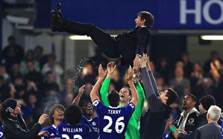切尔西夺冠最大功臣——主教练孔蒂被球员抛起庆祝。 (Richard Heathcote/Getty Images)