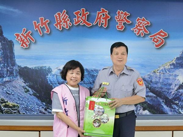 新竹县警察局局长温枝发代表回赠伴手礼。(新竹县警察局提供)