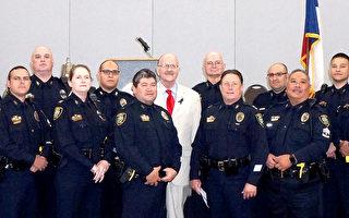 圖:聯邦眾議員Ted Poe(中)與Humble警察局代表們合影。(易永琦/大紀元)