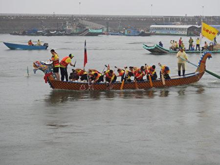 2017年嘉義縣第34屆龍舟競賽,地主隊東石鄉公所賣力演出的鏡頭。(蔡上海/大紀元)