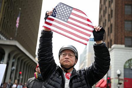 4月15日,支持川普的民眾在伯克利集會。(Elijah Nouvelage/Getty Images)