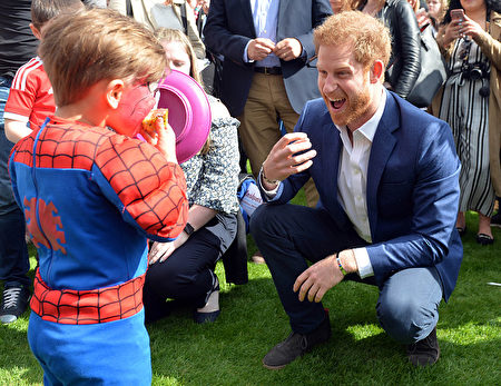 LONDON, UNITED KINGDOM - MAY 13: Prince Harry plays George Hinchliffe 3 (dressed as spiderman) as he hosts a tea party in the grounds of Buckingham Palace to honour the children of those who have died serving in the armed forces on May 13, 2017 in London, England. (Photo by Andrew Parsons - WPA Pool/Getty Images)