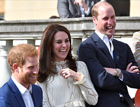 LONDON, UNITED KINGDOM - MAY 13: Prince Harry, Catherine, Duchess of Cambridge and Prince William, Duke of Cambridge laugh as they host a tea party in the grounds of Buckingham Palace to honour the children of those who have died serving in the armed forces on May 13, 2017 in London, England. (Photo by Andrew Parsons - WPA Pool/Getty Images)