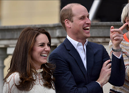LONDON, UNITED KINGDOM - MAY 13: Catherine, Duchess of Cambridge and Prince William, Duke of Cambridge laugh as they host a tea party in the grounds of Buckingham Palace to honour the children of those who have died serving in the armed forces on May 13, 2017 in London, England. (Photo by Andrew Parsons - WPA Pool/Getty Images)