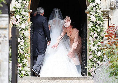 凯特王妃为皮帕整理衣裙。 (Photo by Kirsty Wigglesworth - Pool/Getty Images)