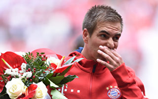 原拜仁队长拉姆泪洒球场,正式退役。  (CHRISTOF STACHE/AFP/Getty Images)