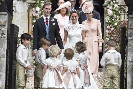 图为5月20日,凯特和母亲身穿粉红色洋装参加皮帕和马修斯在圣马克教堂的婚礼。(WPA Pool / Getty Images)