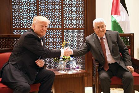 """川普周二在访问巴勒斯坦期间说:""""我致力于实现以色列和巴勒斯坦之间的和平协议,我也将尽全力帮助他们实现这一目标。"""" (Photo by PPO via Getty Images)"""