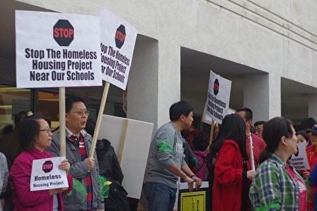 在场外举牌抗议的居民。(刘菲/大纪元)