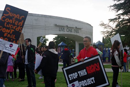 居民太多,5月16日晚的洛杉矶天普市市议会改在公园举行。(刘菲/大纪元)