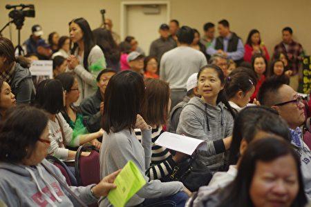 许多华人居民出席会议。(刘菲/大纪元)