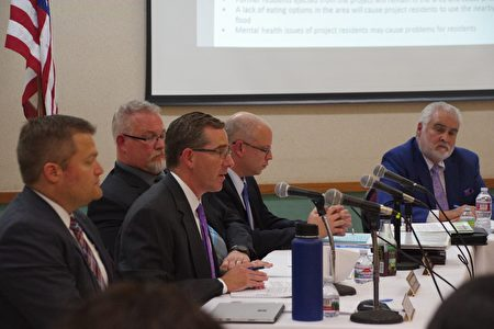 市府律师Greg Murphy在发言。(刘菲/大纪元)