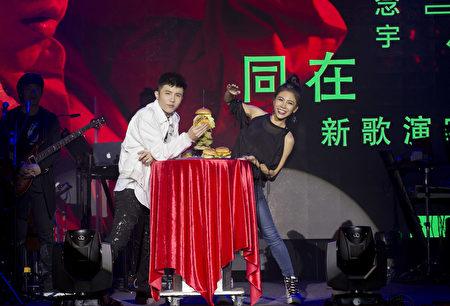 20170526「小宇宋念宇新歌演唱會」艾怡良現場送上5層大漢堡塔給小宇「補身」。(華納唱片提供)