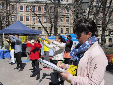 5月6日,芬兰法轮功学员在首都赫尔辛基的海滨公园,进行功法演示。(李乐/大纪元)