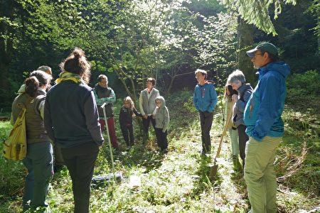 環境專家伯樂伊(Yann Breull)為參觀者講解泥土的結構和作用。(林麗霞/大紀元)