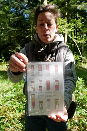 環保人員展示各種土層的示意圖。(林麗霞/大紀元)