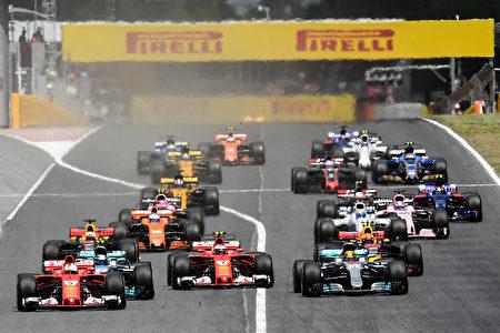 西班牙站正赛一开始,从第二位发车的维特尔(左一)驾驶的法拉利赛车强势冲到了最前面。 (David Ramos/Getty Images)