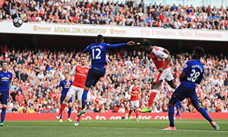 维尔贝克(右二)头球破门,助阿森纳在主场2:0击败曼联。曼联25场联赛不败被终结。(Richard Heathcote/Getty Images)