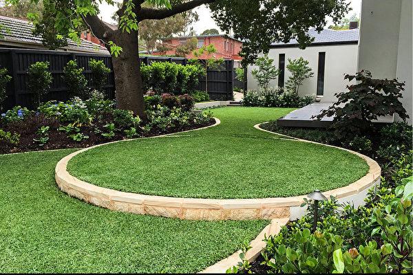 (靠近建筑的草坪区域多为直线形,随着空间的延展,草坪变化为曲线形,凸显花园空间。Whyte Gardens提供)