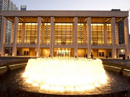 林肯藝術表演中心是全球最大的藝術會場,也是所有藝術家憧憬的舞台,主要由環繞噴泉的三棟劇院構成:大衛寇克劇院、大都會歌劇院和大衛·格芬廳。