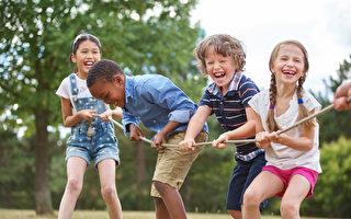 快樂的童年會為快樂的人生奠定基礎。從幼年開始學習好的習慣,孩子更有可能貫徹終生。(Robert Kneschke/Shutterstock)