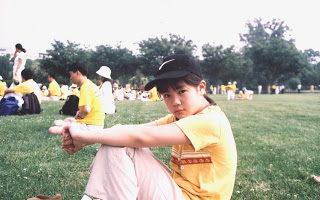 曾铮的女儿2004年7月在华盛顿参加法轮功反迫害活动。(曾铮提供)