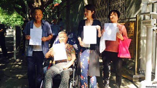 王全璋父母和姐姐及妻子李文足6月1日到最高法院遞交控告信被拒。(知情人提供)