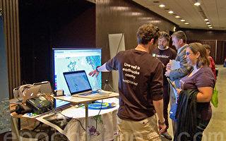 參加地震安全展的人員在向市民演示地震波的破壞原理。(大紀元)
