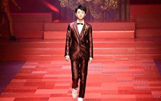 王俊凯米兰时装周走秀 分享高考后扫教室心情
