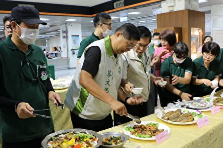 市长涂醒哲和与会来宾试吃台湾鲷料理。(李撷璎/大纪元)