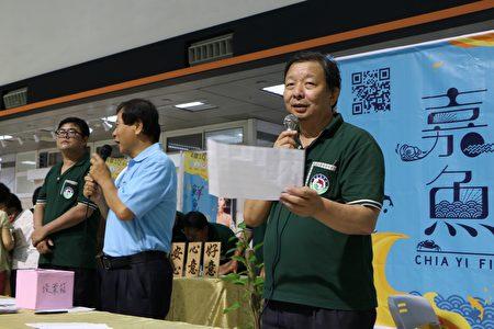 嘉义鱼市场主管公布票选名次,7号葱爆台湾鲷料理得第一,选上7号的民众皆可得到一条台湾鲷鲜鱼。(李撷璎/大纪元)