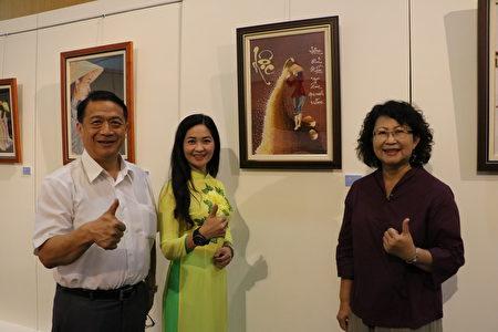 阮金紅(中)、文化局副局長葉國樑(左)及台灣圖書室文化協會理事長鄭書勉。(李擷瓔/大紀元)