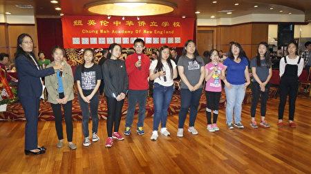僑立中文學校學生在籌款晚會上的表演。(廖述祥/大紀元)