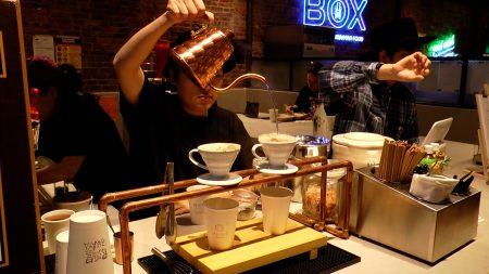 华埠新开放的美食集市,不仅有各式亚洲美食,也有香浓的咖啡可以选择。