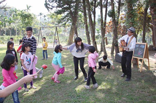 大坪国小校长彭铭君(右边弹吉他者)喜欢玩音乐,常常和家长、孩子们打成一片。(大坪国小提供)