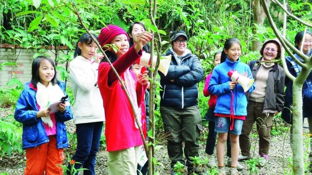 生态课程让孩子学当小小导览员。(大坪国小提供)