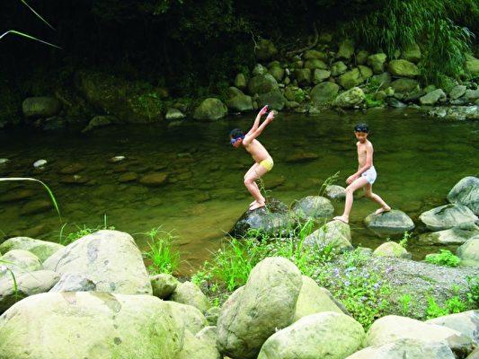 快乐童年,清澈的溪流是孩子的游戏场。(大坪国小提供)